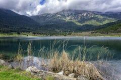 Sztuczny jezioro Doxa lokalizować w Antycznej Feneos wiosce w Corinth Peloponnese, Grecja, - Obrazy Stock