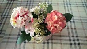Sztuczny kwiat na stole Zdjęcie Stock