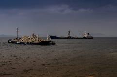 Sztuczny linii brzegowej budowy wieczór Zdjęcia Royalty Free