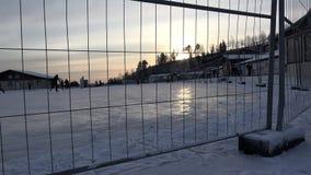 Sztuczny lodowy lodowisko dla zimy nieba przejażdżki ogrodzenie na którym atlety i zbiory wideo