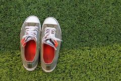 Sztuczny trawy boisko piłkarskie, sneakers zdjęcie stock