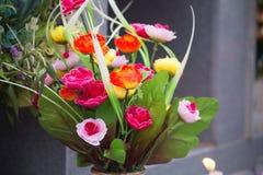 Sztuczny wzrastał kwiaty w wazie obrazy royalty free