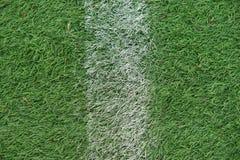 Sztuczny zawody atletyczni z zieloną trawą łączył z sztuczną trawą obraz stock