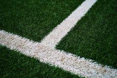 Sztucznych ciemnych krawędzi zielona trawa z białym strona puszkiem przesuwał T z realistycznymi spojrzeniami zdjęcia royalty free