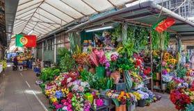 Sztucznych kwiatów stojak we wnętrzu dziejowego Bolhao rynku Zdjęcia Royalty Free