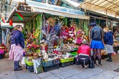 Sztucznych kwiatów stojak we wnętrzu dziejowego Bolhao rynku Obraz Royalty Free