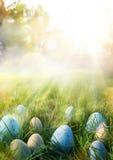 Sztuk Kolorowi Wielkanocni jajka w trawie na nieba tle Zdjęcia Stock