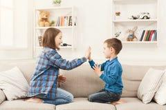 Sztuka klascze ręki wpólnie, dzieci gemowi Obrazy Stock