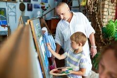 Sztuka nauczyciel Pomaga Little Boy zdjęcie stock