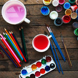 Sztuka obraz Farb wiadra na drewnianym tle Różna farba barwi obraz na drewnianym tle Malować set: muśnięcia, pa Obrazy Stock
