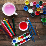 Sztuka obraz Farb wiadra na drewnianym tle Różna farba barwi obraz na drewnianym tle Malować set: muśnięcia, pa Zdjęcia Stock