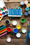 Sztuka obraz Farb wiadra na drewnianym tle Różna farba barwi obraz na drewnianym tle Malować set: muśnięcia, pa Obrazy Royalty Free
