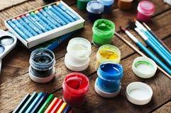 Sztuka obraz Farb wiadra na drewnianym tle Różna farba barwi obraz na drewnianym tle Malować set: muśnięcia, pa Obraz Stock