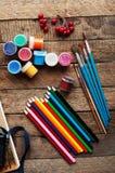 Sztuka obraz Farb wiadra na drewnianym tle Różna farba barwi obraz na drewnianym tle Malować set: muśnięcia, pa Zdjęcie Stock