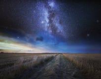 Sztuka piękna krajobraz z gwiaździstym niebem nad ścierniskowym polem zdjęcia royalty free