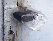 Sztuka plastikowa butelka ochrania garażu drzwiowego kędziorek precypitacja Obraz Stock