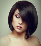 Sztuka portret krótkiego włosy kobieta patrzeje w dół Zdjęcia Stock