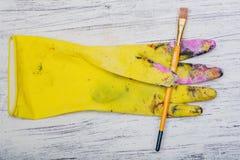 Sztuka przedmiota gumowa rękawiczka i stokrotki Zdjęcie Royalty Free