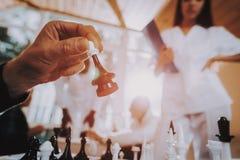 Sztuka szachy Karmiący dom azjaci pielęgnujący elderly zdjęcie stock