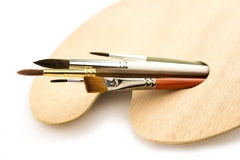 Sztuka szczotkuje w drewnianej palecie odizolowywającej na bielu obraz royalty free