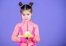 Sztuka tenis dla zabawy Małego dziecka sztuki tenisa sporty kostiumowa gra Dziewczyny dziecka kopii babeczki fryzury śliczny grac zdjęcia stock