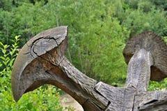 Sztuka w naturze - drewniana pieczarka przed zielenią Zdjęcia Royalty Free