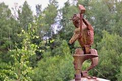 Sztuka w naturze - ośniedziała metal postać diabeł z zielonym vegetatio Zdjęcia Royalty Free