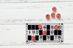 Sztuki bingo na rocznika białym drewnianym stole zdjęcie stock