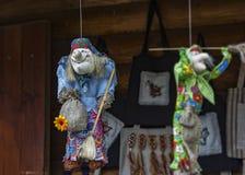 sztuki ceramika ludu miotacz Baby yaga szący od tkaniny Fotografia Stock