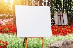 Sztuki deska, drewniana sztalugi farby fotografii kanwa w kwiat zieleni Zdjęcia Royalty Free