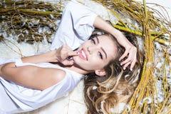 Sztuki fotografia Bajka obrazek - piękny sexymodel dziewczyna z delikatnym makeup w modnej koronkowej bieliźnie odpoczywa w a fotografia royalty free