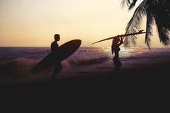 Sztuki fotografii style sylwetka surfingowiec na plaży przy zmierzchem Obraz Royalty Free