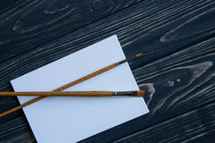 Sztuki i rzemiosła narzędzia Artysty ` s muśnięcie, kanwa, paleta nóż na ciemnym nieociosanym tle Zdjęcia Stock