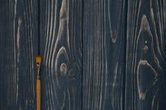 Sztuki i rzemiosła narzędzia Artysty ` s muśnięcie, kanwa, paleta nóż na ciemnym nieociosanym tle Fotografia Stock