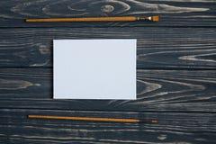 Sztuki i rzemiosła narzędzia Artysty ` s muśnięcie, kanwa, paleta nóż na ciemnym nieociosanym tle Obrazy Royalty Free