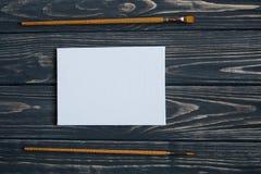 Sztuki i rzemiosła narzędzia Artysty ` s muśnięcie, kanwa, paleta nóż na ciemnym nieociosanym tle Zdjęcie Stock
