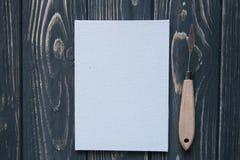 Sztuki i rzemiosła narzędzia Artysty ` s muśnięcie, kanwa, paleta nóż na ciemnym nieociosanym tle Obrazy Stock