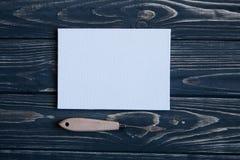 Sztuki i rzemiosła narzędzia Artysty ` s muśnięcie, kanwa, paleta nóż na ciemnym nieociosanym tle Zdjęcia Royalty Free