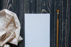 Sztuki i rzemiosła narzędzia Artysty ` s muśnięcie, kanwa, paleta nóż na ciemnym nieociosanym tle Zdjęcie Royalty Free