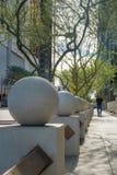 Sztuki kamienna sfera i drzewa ind w centrum pheonix Arizona obraz royalty free
