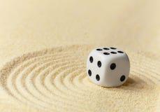 sztuki kostka do gry miniaturowy bawić się piaska biel kolor żółty Obrazy Stock