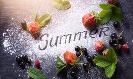 Sztuki lata jedzenia tło; słodkiego lata soku świeża owoc Obrazy Stock