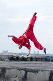 sztuki mężczyzna wojenny praktyka czerwieni wushoo Fotografia Royalty Free