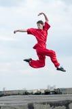 sztuki mężczyzna wojenny praktyka czerwieni wushoo Obraz Royalty Free