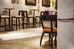Sztuki miejsce z krzesłami, stołami i lustrami salowymi w miastowej rocznik kawiarni, Stylowa wewnętrzna luksusu stylu restauracj Zdjęcia Royalty Free