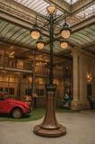 Sztuki Nouveau lampa i szklany sufit w starym budynku przy Bruksela, Zdjęcia Stock