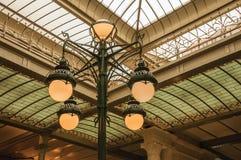 Sztuki Nouveau lampa i szklany sufit w starym budynku przy Bruksela, Obraz Royalty Free