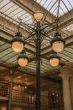 Sztuki Nouveau lampa i szklany sufit w starym budynku przy Bruksela, Zdjęcie Stock