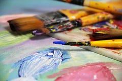 Sztuki paleta, obrazek i mieszanka paintbrushes, zdjęcie royalty free