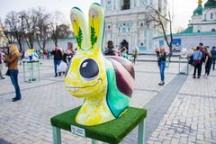 Sztuki postaci Wielkanocny królik w postaci ślimaczków z ampuł oczami, zębami i malującymi dandelions na dużych ucho, Piękna sztu zdjęcie royalty free
